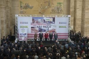 Marcelo Camargo/ABr São Paulo - A presidenta Dilma Rousseff e o prefeito de São Paulo, Fernando Haddad, anunciam na capital paulista a destinação de R$ 8 bilhões de recursos para mobilidade urbana