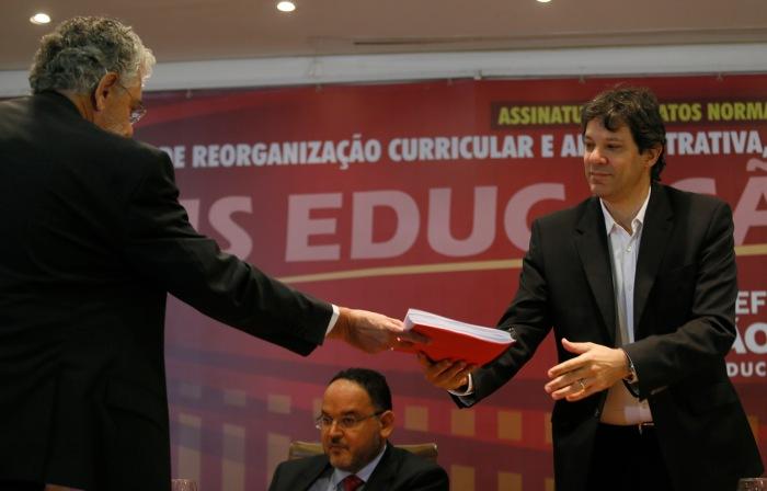 Secretário entrega ao prefeito a última versão do programa Mais Educação São Paulo