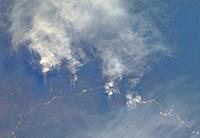 Fumaça produzida por fogo nos estados amazônicos migra para Bolívia, Peru e Paraguai, elevando os níveis de poluição atmosférica desses países, indica estudo feito no Inpe (foto: Wikipedia/Nasa)