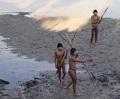 Integrantes de grupo indígena travam primeiro contato com funcionários da Funai e índios Ashaninka na Aldeia Simpatia, no Acre (foto: divulgação/Funai)