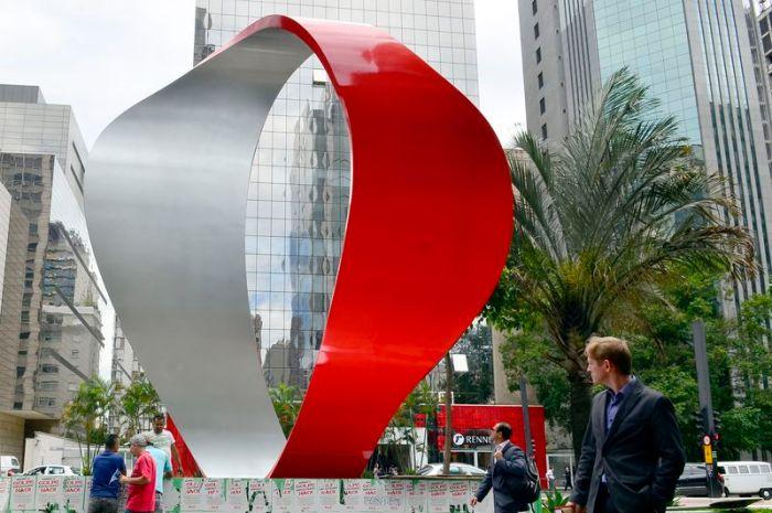 São Paulo - Escultura da artista plástica Tomie Ohtake instalada na altura do número 1111 da Avenida Paulista (Rovena Rosa/Agência Brasil)