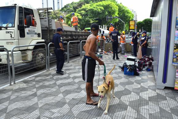Agentes do governo fazem operação de retirada de moradores em situação de rua, na Praça da República Rovena Rosa/Agência Brasil
